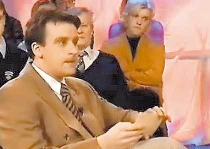 erik hartman presentador televisión riéndose invitado problemas habla